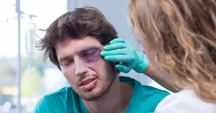 Повредил глаз веткой что делать